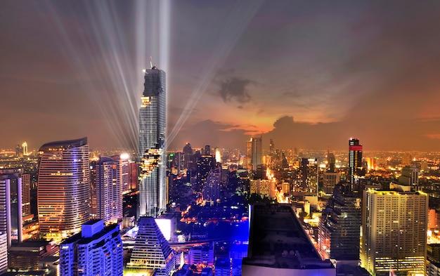 Schönes leichtes geschäftsviertel mit bürogebäude während der dämmerungszeit in bangkok, thailad