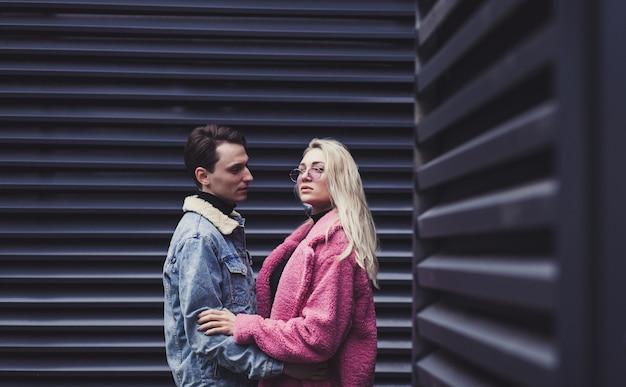 Schönes liebendes paar, das in stadtstraße umarmt