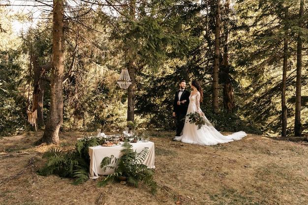 Schönes liebendes paar von jungvermählten im wald, hochzeit in der natur