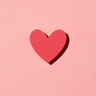 Schönes liebesarrangement auf rosa
