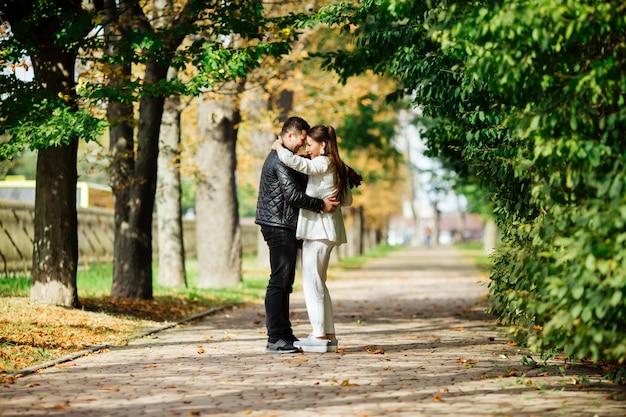 Schönes liebespaar, das zeit zusammen im park verbringt. valentinstag feier