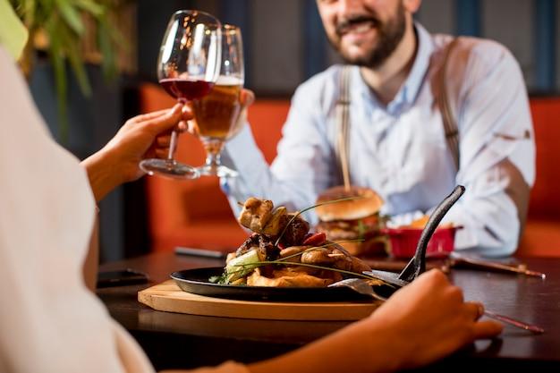 Schönes liebespaar verbringt zeit zusammen in einem modernen restaurant
