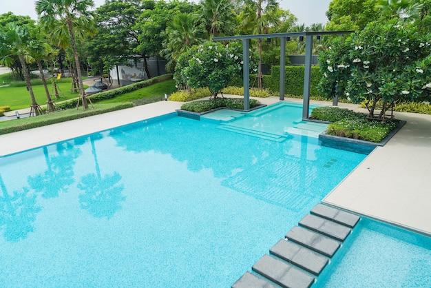 Schönes luxus-schwimmbad mit palme