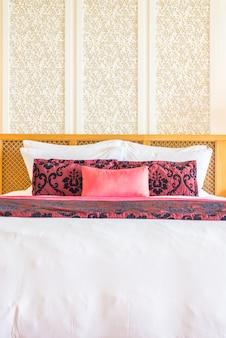 Schönes luxuskissen auf bett im schlafzimmer