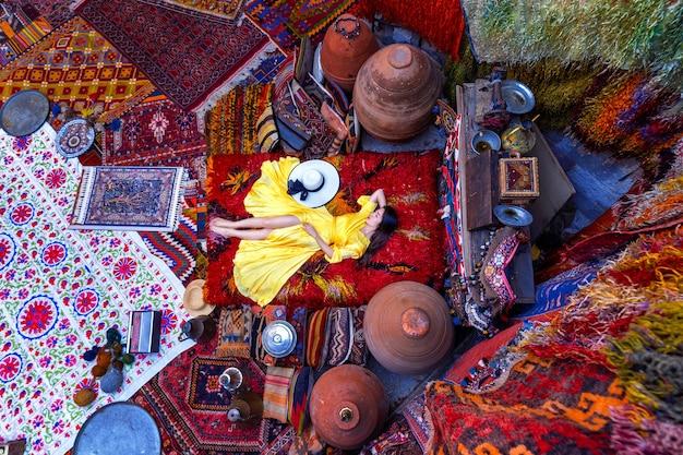 Schönes mädchen am traditionellen teppichgeschäft in der stadt göreme, kappadokien in der türkei.