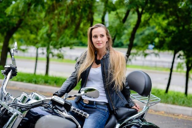Schönes mädchen auf einem motorrad.