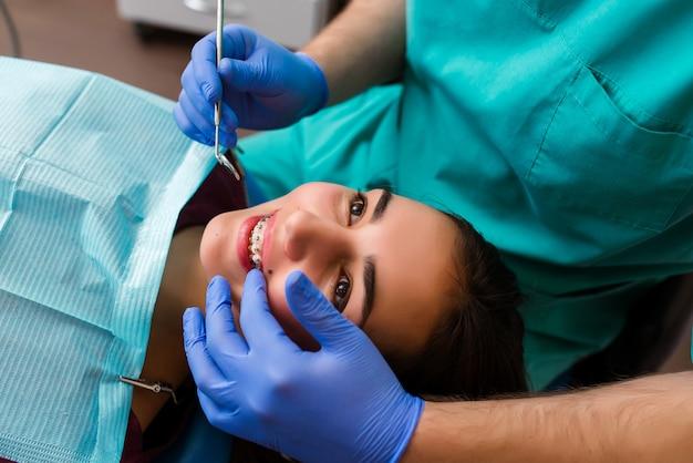 Schönes mädchen auf rücksprache mit einem zahnarzt