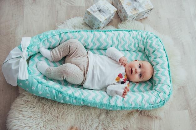 Schönes mädchen baby im bett