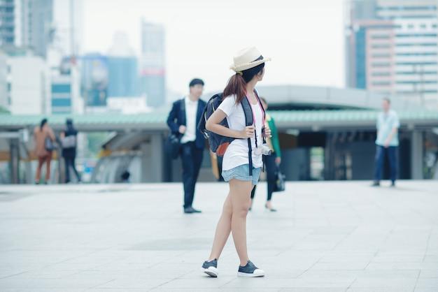 Schönes mädchen, das auf die stadtstraße geht. reisen in thailand