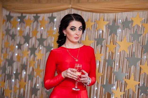Schönes mädchen, das champagner trinkt