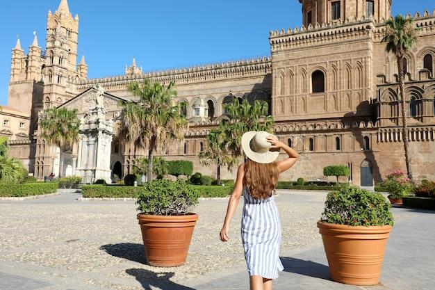 Schönes mädchen, das die kathedrale von palermo in sizilien besucht