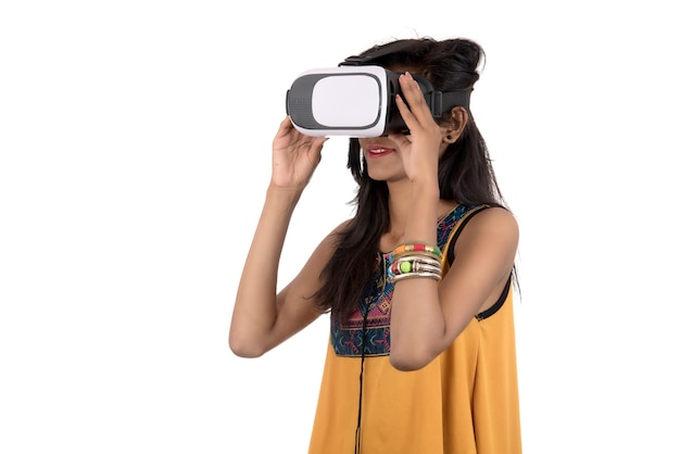 Schönes mädchen, das durch vr-gerät schaut. junges mädchen, das virtual-reality-brillen-headset trägt.