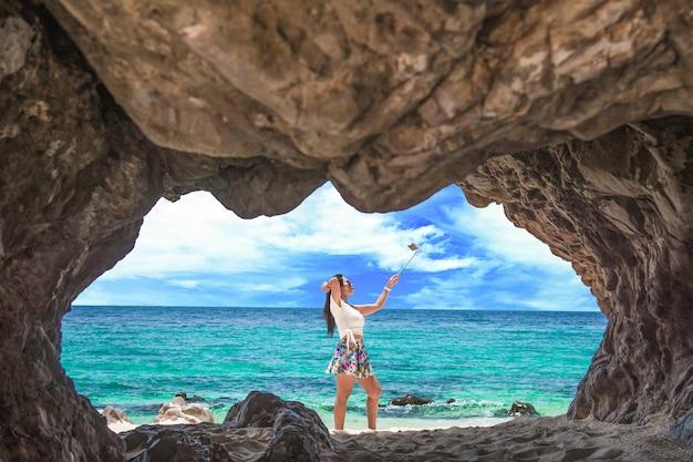 Schönes mädchen, das fotos bei khai island macht