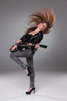 Schönes mädchen, das gitarre spielt