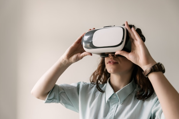 Schönes mädchen, das gläser der virtuellen realität verwendet. maske der virtuellen realität. vr.