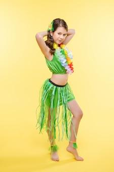 Schönes mädchen, das im hellen tanzkostüm aufwirft.