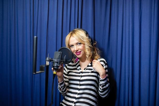 Schönes mädchen, das in einem aufnahmestudio singt