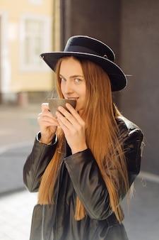 Schönes mädchen, das kaffee im café trinkt