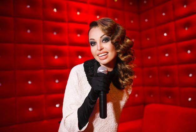 Schönes mädchen, das karaoke in einem nachtclub singt