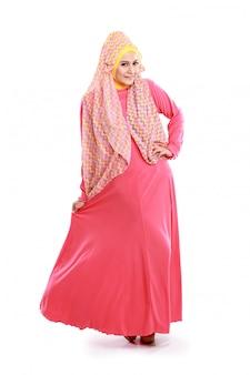 Schönes mädchen, das rosa muslimisches kostüm trägt