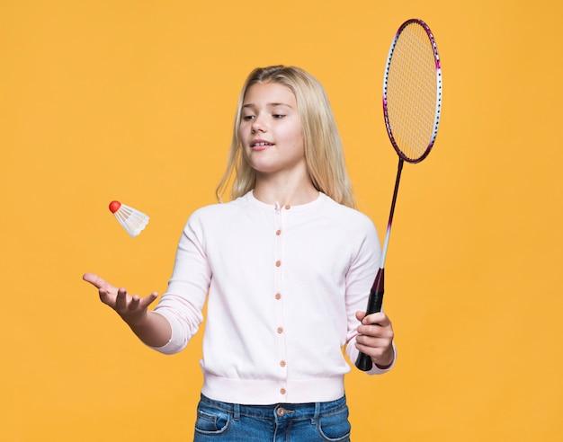 Schönes mädchen, das tennis spielt