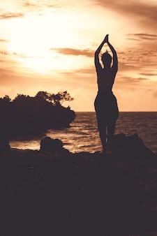Schönes mädchen, das yoga tut