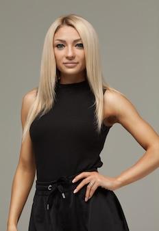 Schönes mädchen der blonden frau mit langem haarstudio-porträt