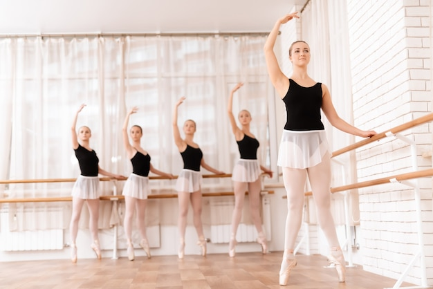Schönes mädchen führt eine bewegung mit ballett aus.