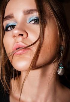 Schönes mädchen-gesicht. perfektes make-up. professionelles make-up. portrait mit blauem augen-make-up. model schaut in die kamera