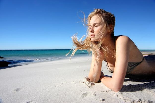 Schönes mädchen im bikini am strand