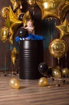 Schönes mädchen im blauen prinzessinrock mit baloons