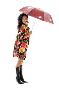 Schönes mädchen im bunten mantel mit regenschirm