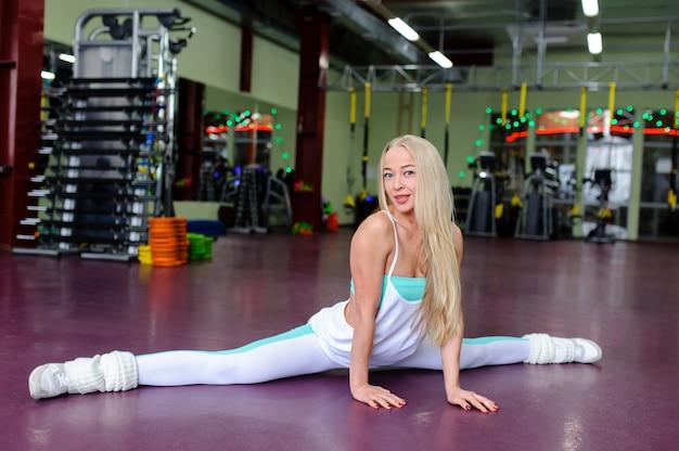 Schönes mädchen im fitnessstudio