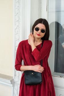 Schönes mädchen im roten kleid