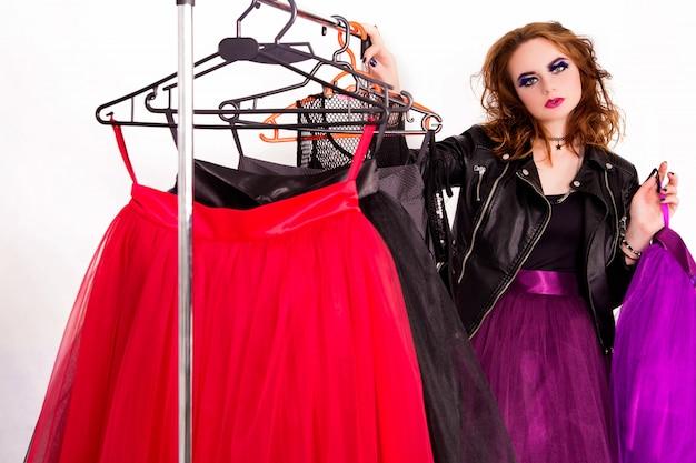 Schönes mädchen im stil von rock, mode make-up und frisur wählt einen tüllrock