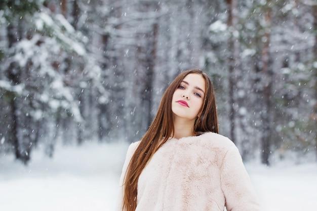 Schönes mädchen im winter verschneiten wald