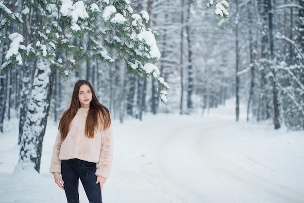 Schönes mädchen im winterwald
