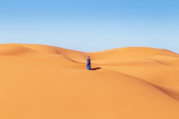 Schönes mädchen in der sahara wüste. erg chebbi, merzouga, marokko.