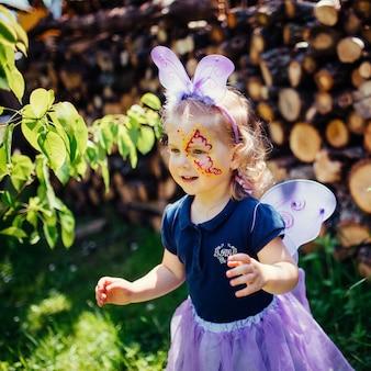Schönes mädchen in einem märchenkostüm mit schmetterlingsflügeln