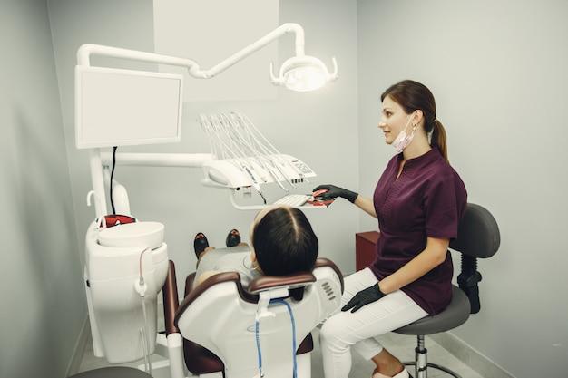 Schönes mädchen in einem zahnarzt