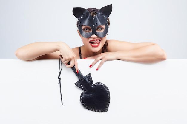 Schönes mädchen in einer katzenmaske.