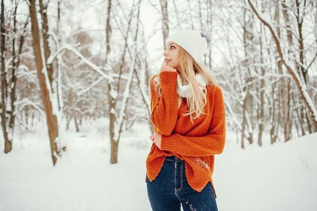 Schönes mädchen in einer niedlichen orange strickjacke