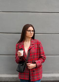 Schönes mädchen in einer roten jacke