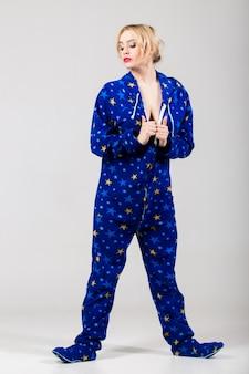 Schönes mädchen in lustigen pyjamas ausziehen