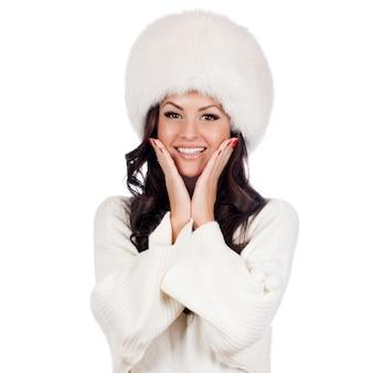 Schönes mädchen in pelzmütze. winterfrauenportrait