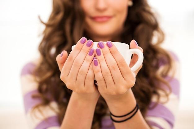 Schönes mädchen, kaffee zu trinken