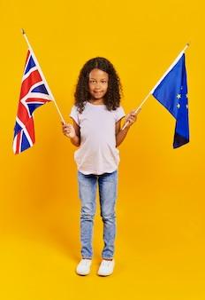 Schönes mädchen mit britischen und europäischen flaggen european