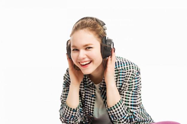 Schönes mädchen mit dem kopfhörerlachen