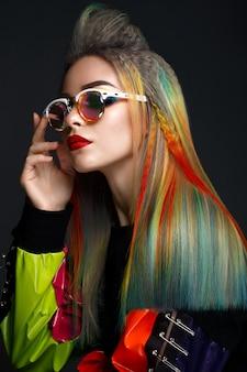 Schönes mädchen mit dem mehrfarbigen haar und kreativem make-up und frisur, schönheitsgesicht,