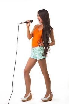 Schönes mädchen mit dem mikrofon.